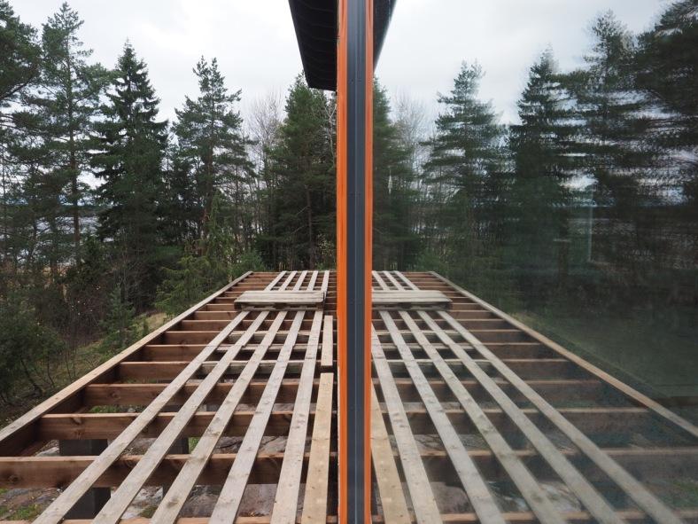 Rakennusteippi ikkunoiden karmirakoja peittämässä