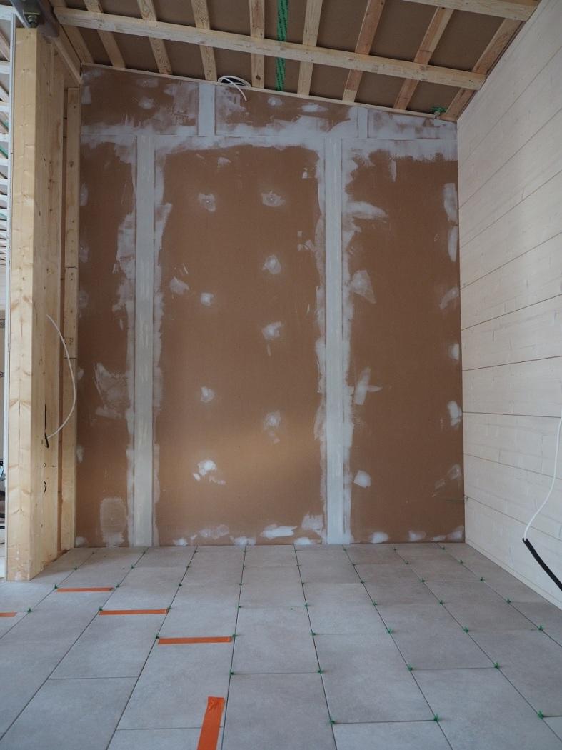Laatat lattiassa ja levyt seinässä