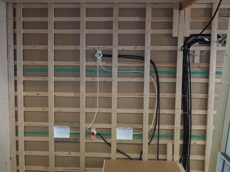 Sisäkaton ristikoolaus ja sähkövetoja